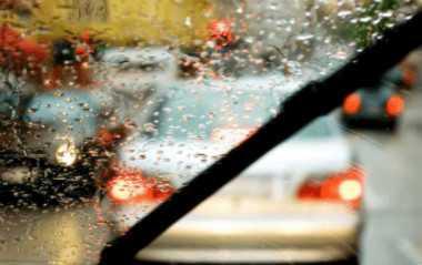 开车时车窗起雾看不清解决办法